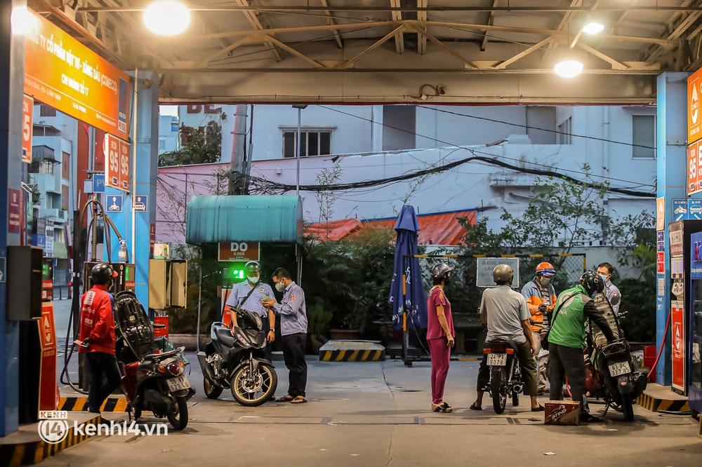 Sài Gòn chiều 30/9: Lâu lắm rồi mới thấy không khí nhộn nhịp, rộn rã khắp mọi nẻo đường - Ảnh 13.