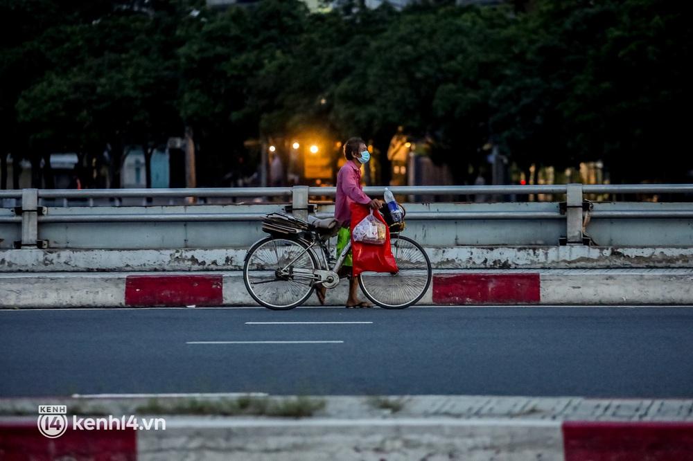 Sài Gòn chiều 30/9: Lâu lắm rồi mới thấy không khí nhộn nhịp, rộn rã khắp mọi nẻo đường - Ảnh 11.