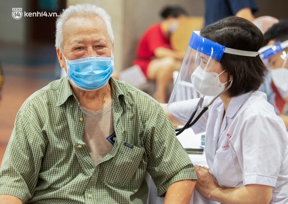 Ảnh: Hà Nội tiêm chủng vắc-xin toàn dân, hàng nghìn người xếp hàng, chờ tiêm trong đêm - Ảnh 6.
