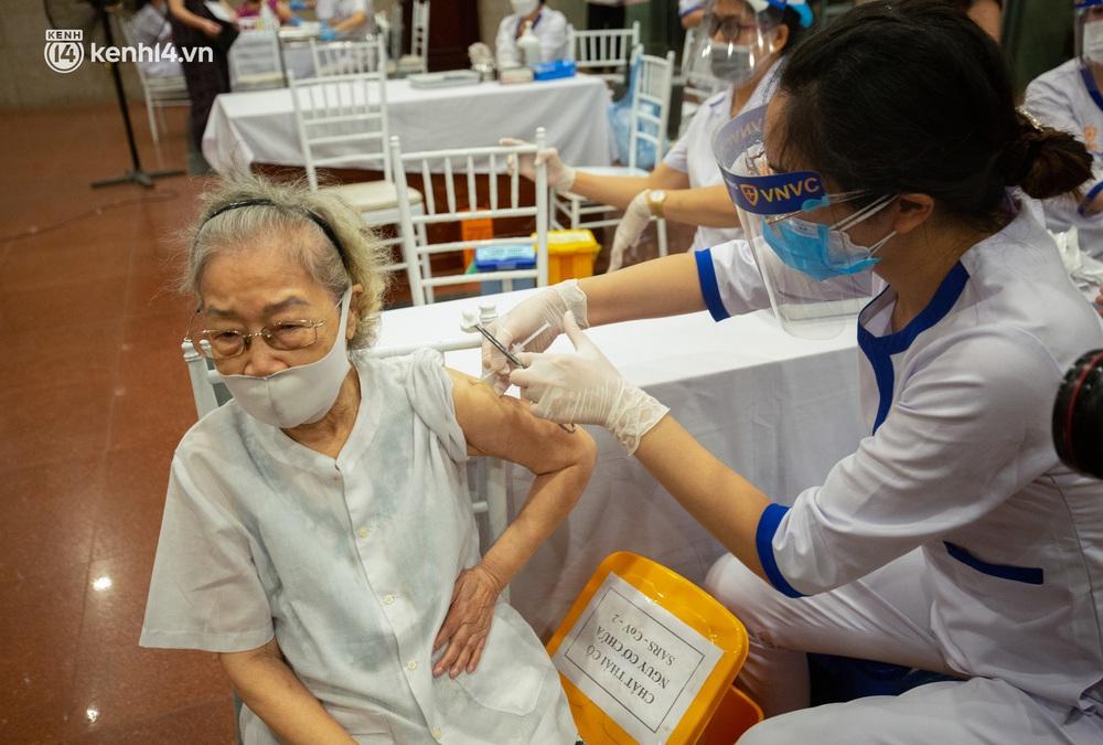Ảnh: Hà Nội tiêm chủng vắc-xin toàn dân, hàng nghìn người xếp hàng, chờ tiêm trong đêm - Ảnh 9.