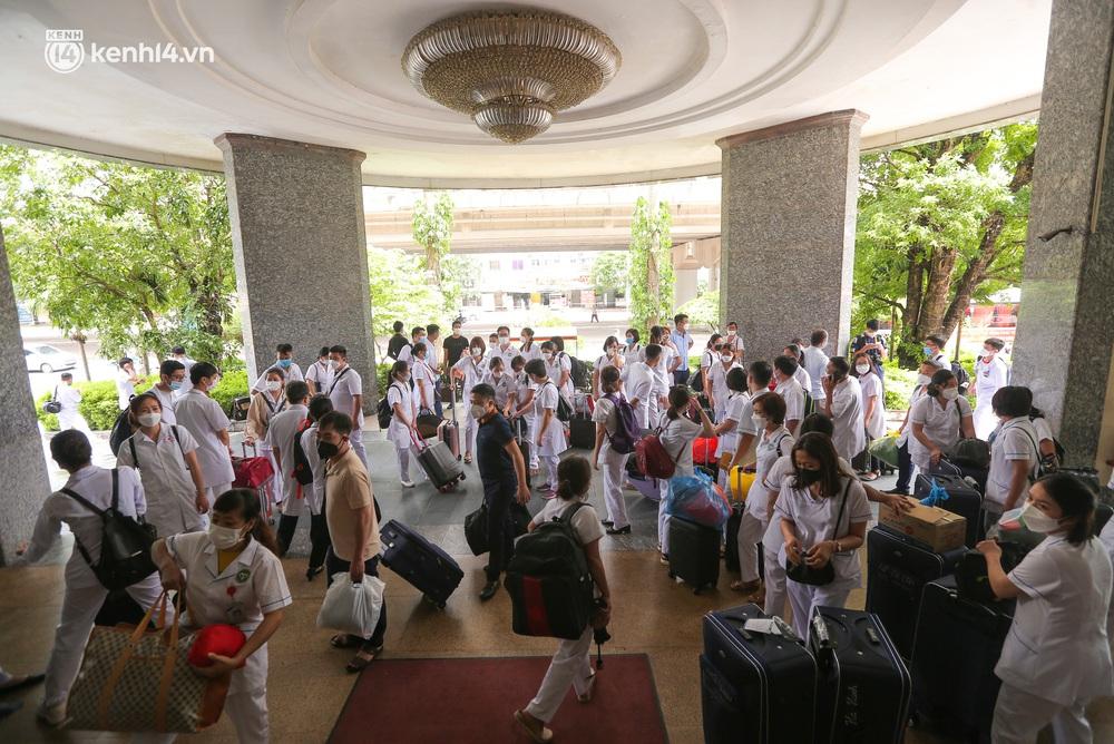 Ảnh: 500 cán bộ y tế tỉnh Phú Thọ đã có mặt tại Hà Nội, sẵn sàng hỗ trợ Thủ đô xét nghiệm và tiêm vaccine toàn dân - Ảnh 9.