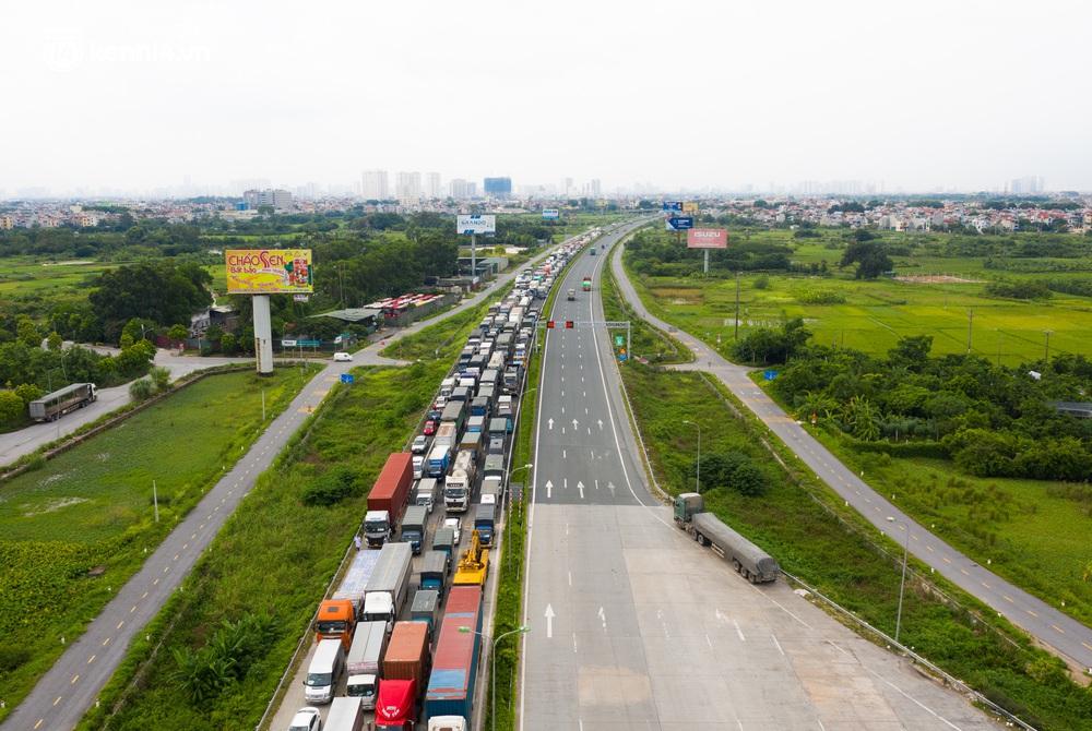 Ảnh: Hàng trăm phương tiện nối đuôi nhau, hai chiều cao tốc Pháp Vân - Cầu Giẽ tắc dài hàng km - Ảnh 2.