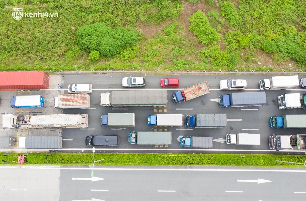 Ảnh: Hàng trăm phương tiện nối đuôi nhau, hai chiều cao tốc Pháp Vân - Cầu Giẽ tắc dài hàng km - Ảnh 4.