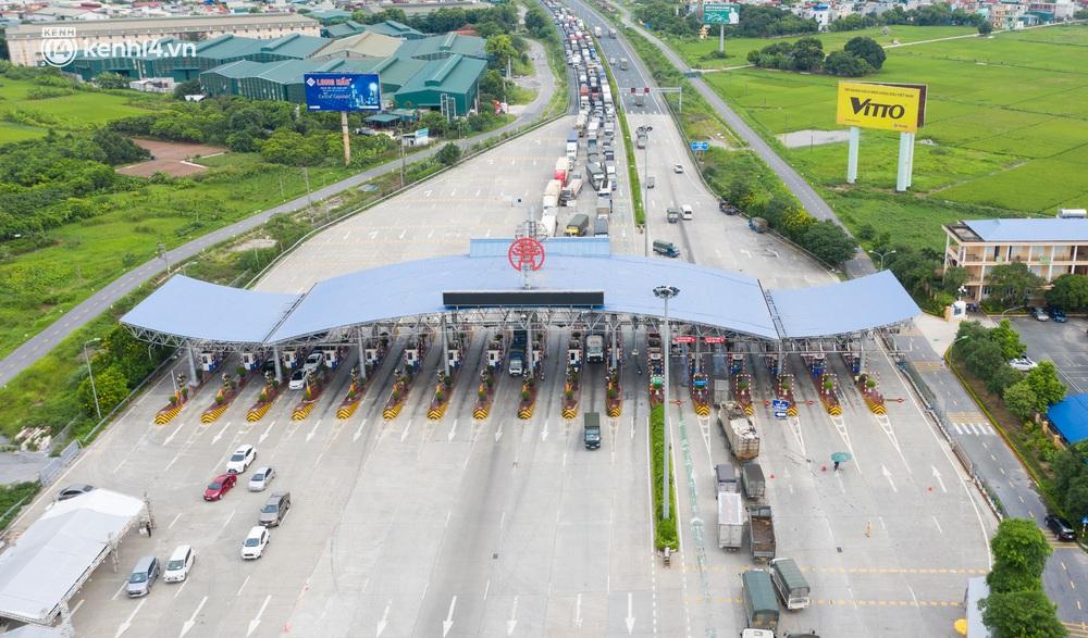 Ảnh: Hàng trăm phương tiện nối đuôi nhau, hai chiều cao tốc Pháp Vân - Cầu Giẽ tắc dài hàng km - Ảnh 1.