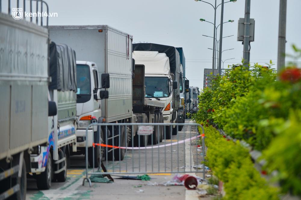 Ảnh: Hàng trăm phương tiện nối đuôi nhau, hai chiều cao tốc Pháp Vân - Cầu Giẽ tắc dài hàng km - Ảnh 10.