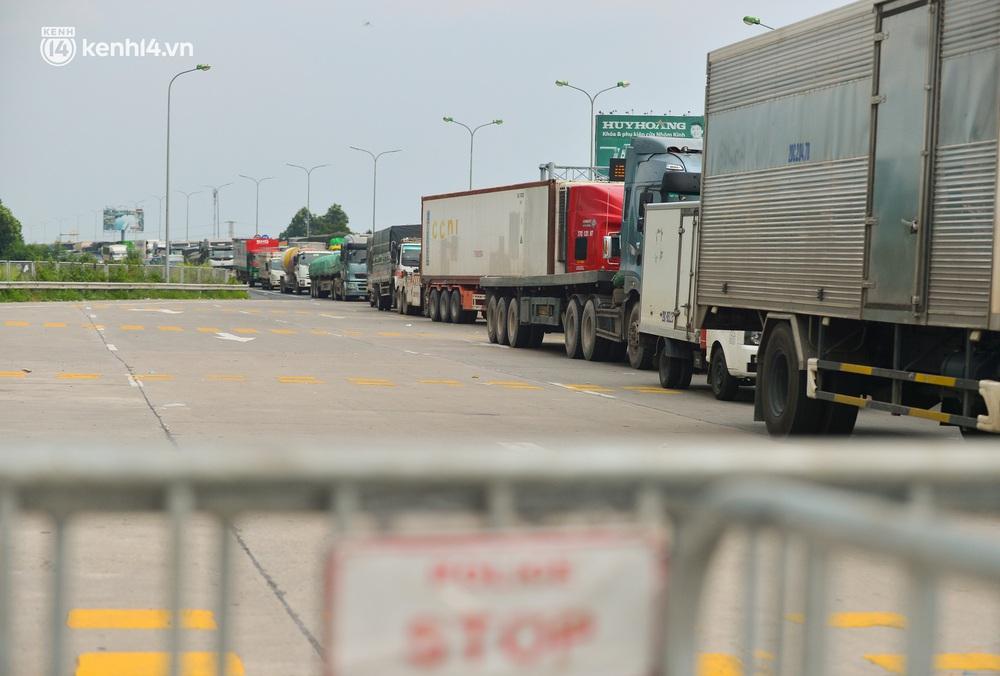 Ảnh: Hàng trăm phương tiện nối đuôi nhau, hai chiều cao tốc Pháp Vân - Cầu Giẽ tắc dài hàng km - Ảnh 9.