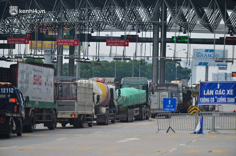 Ảnh: Hàng trăm phương tiện nối đuôi nhau, hai chiều cao tốc Pháp Vân - Cầu Giẽ tắc dài hàng km - Ảnh 8.