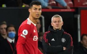 Đoạn clip lạ cho thấy Ronaldo khua chân múa tay đầy khó hiểu khi MU liên tiếp lĩnh bàn thua