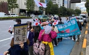 """Ngày cưới buồn của Công chúa Nhật: Hàng trăm người dân đứng sẵn đợi biểu tình phản đối hôn nhân với """"cơn bão"""" chế giễu toàn quốc"""