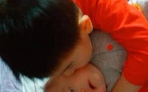 Anh trai ngày nào cũng đòi bế em gái mới sinh, nhưng đứa bé cứ khóc lớn khi thấy anh, mẹ lật người lên thì thấy sự thật quá sốc