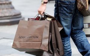 Giới nhà giàu Việt thuê người mua sắm hộ: Tốn núi tiền mua đồ đã đành, phải chi thêm hàng chục triệu để mặc đẹp như người ta