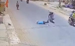 Nam thanh niên ngã văng xuống đường, lồm cồm bò dậy thì không thấy xe đâu, dân mạng xem kỹ clip mới thấy