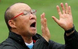 Tuyển Việt Nam dầm mưa tập luyện, thầy Park ướt nhoè mắt kính vẫn chỉ đạo cực hăng