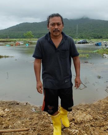 Một số người Indonesia trở về vùng sóng thần tàn phá để chụp ảnh tự sướng: Cảnh hoang tàn mới được nhiều like - Ảnh 3.