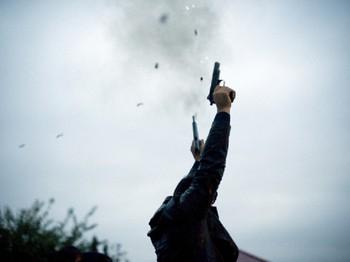 Hỏi khó: Đạn bắn chỉ thiên có thể đoạt mạng người khác không? - Ảnh 1.