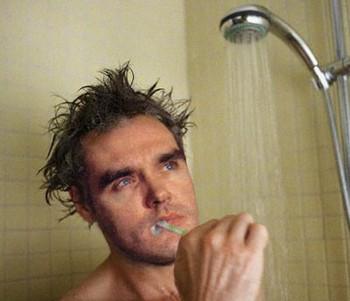 Vừa tắm vừa đánh răng, tiện lợi là thế nhưng bạn có lường trước được tác hại này? - Ảnh 1.