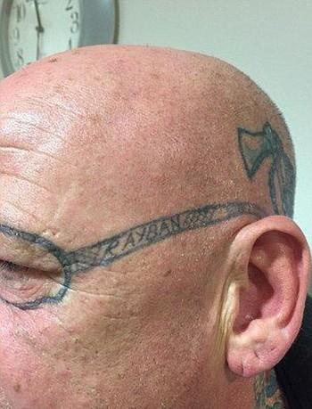 Tỉnh dậy sau bữa tiệc túy lúy, ông bác xứ Wales ngỡ ngàng nhận ra mình có hình xăm kính Rayban trên mặt - Ảnh 2.
