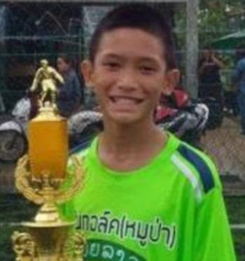 Chân dung và thông tin cụ thể của 12 cầu thủ và HLV đội bóng Thái Lan đang mắc kẹt trong hang - Ảnh 4.