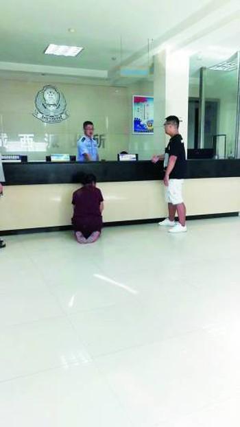 Trung Quốc: Người mẹ già quỳ trước đồn cảnh sát, cầu xin bắt giam đứa con trai cờ bạc, hư hỏng - Ảnh 1.