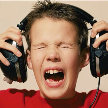 Đây là cơ chế đáng sợ lý giải việc bạn có thể bị điếc chỉ vì nghe nhạc trên đường - Ảnh 3.