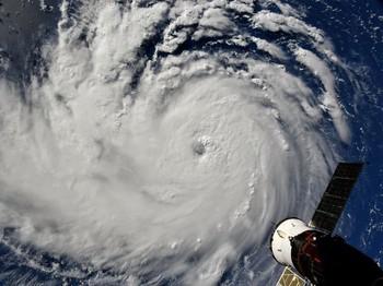 Nghề săn bão - những người bay thẳng vào giữa tâm siêu bão vì mục đích khoa học - Ảnh 3.