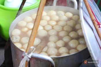 Ở Hà Nội có 1 hàng bánh trôi tàu nhân thịt nấm 20 năm: bán 3 tiếng mà hết bay 7 thùng chè bánh - Ảnh 3.