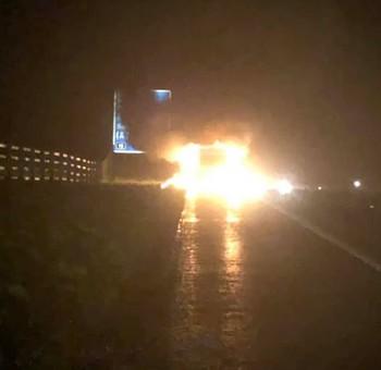 Tưởng chủ nhân vẫn còn kẹt trong xe tải bốc cháy, chú chó nhảy vào cứu thì chiếc xe phát nổ - Ảnh 2.