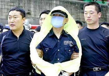 Sát thủ áo mưa vàng: Tên tội phạm man rợ nhất Hàn Quốc cùng nỗi căm hận đáng sợ dành cho phụ nữ - Ảnh 2.