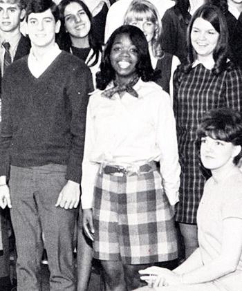 8/3 kể chuyện người phụ nữ có sức ảnh hưởng nhất hành tinh Oprah Winfrey: 14 tuổi mang thai vì bị lạm dụng tình dục, đạp lên vũng bùn đứng dậy tỏa ánh hào quang - Ảnh 4.