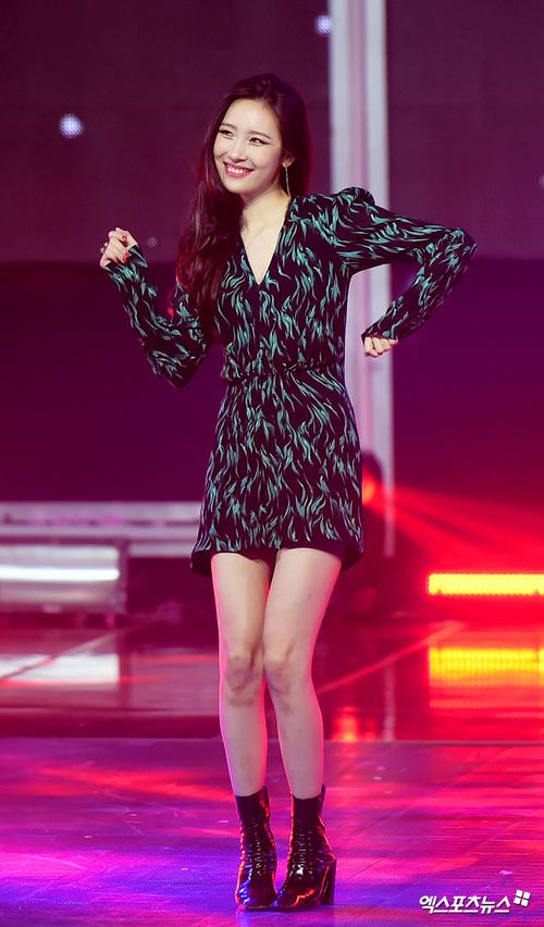 2 biểu tượng sexy bất ngờ đụng độ: Sunmi chân dài miên man hay Hyuna khoe vòng 1 gợi cảm trội hơn? - Ảnh 14.