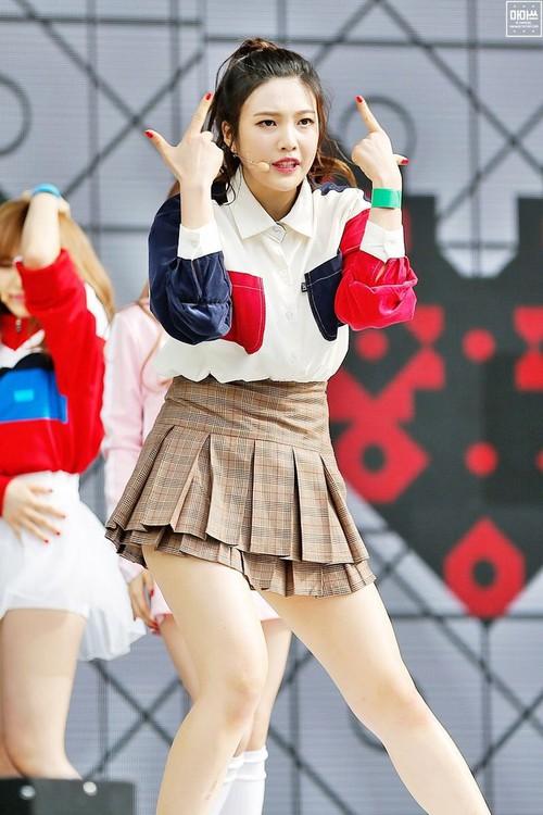 Luôn có một thành viên của Red Velvet phải mặc váy 2 tầng, và nguyên cớ là... - Ảnh 2.
