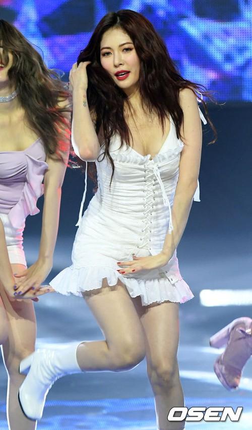 2 biểu tượng sexy bất ngờ đụng độ: Sunmi chân dài miên man hay Hyuna khoe vòng 1 gợi cảm trội hơn? - Ảnh 6.