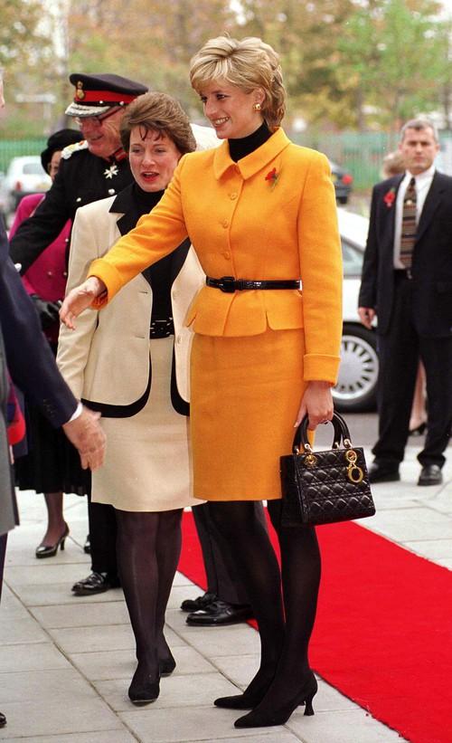 Công nương Diana, fashion icon hoàng gia duy nhất sở hữu đến 2 mẫu túi hàng hiệu đình đám được đặt theo tên mình - Ảnh 7.
