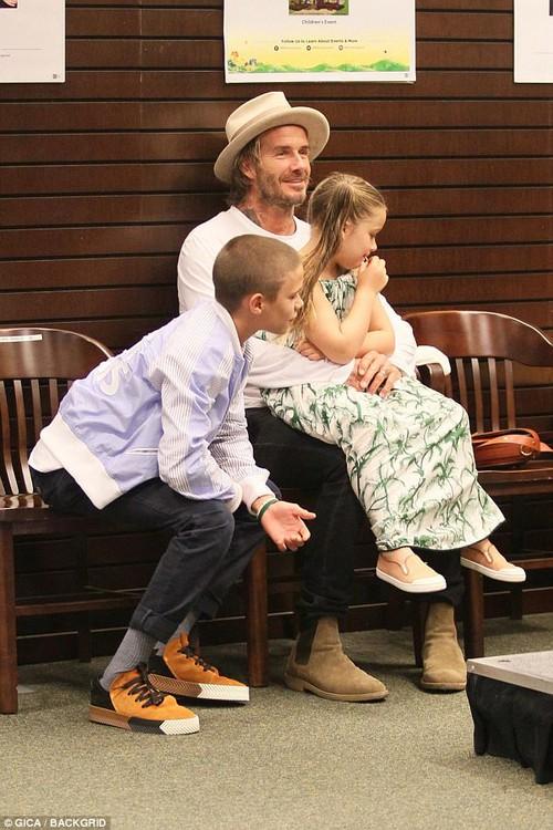 Harper Beckham xinh xắn bụ bẫm ngồi trong lòng bố, đến ủng hộ anh trai tại sự kiện - Ảnh 5.