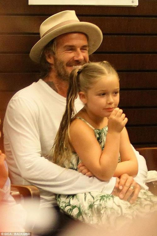 Harper Beckham xinh xắn bụ bẫm ngồi trong lòng bố, đến ủng hộ anh trai tại sự kiện - Ảnh 1.