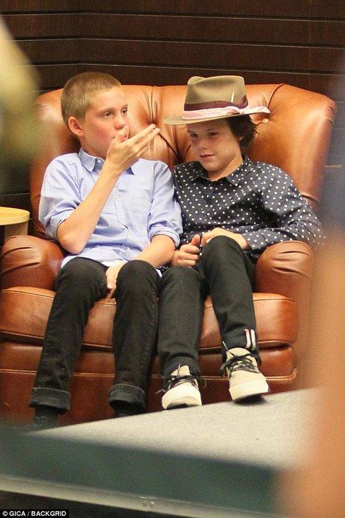 Harper Beckham xinh xắn bụ bẫm ngồi trong lòng bố, đến ủng hộ anh trai tại sự kiện - Ảnh 6.