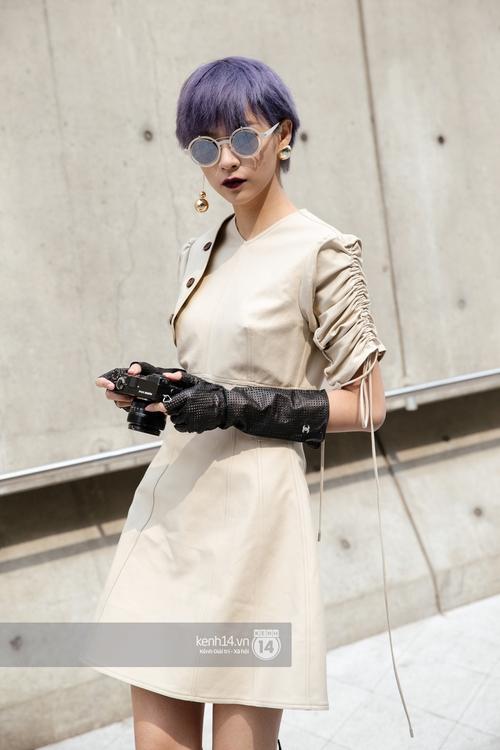 Seoul Fashion Week: Phí Phương Anh tóc tím nổi bần bật trên hàng ghế đầu cùng stylist Hoàng Ku - Ảnh 2.