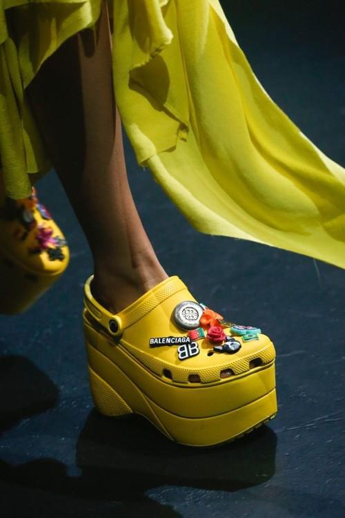 Balenciaga kết hợp với Crocs cho ra mắt mẫu dép đi mưa khó tả nhất mùa Paris Fashion Week năm nay - Ảnh 6.