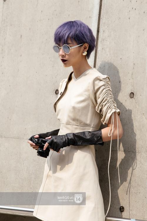 Seoul Fashion Week: Phí Phương Anh tóc tím nổi bần bật trên hàng ghế đầu cùng stylist Hoàng Ku - Ảnh 12.