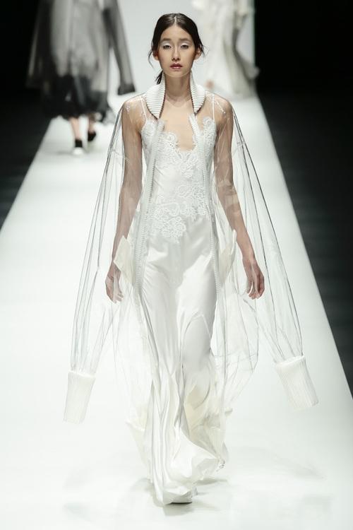 BST mới của NTK Công Trí tại Tokyo Fashion Week: Trước cái đẹp, bạn chỉ còn biết Wow lên một tiếng!!! - Ảnh 18.