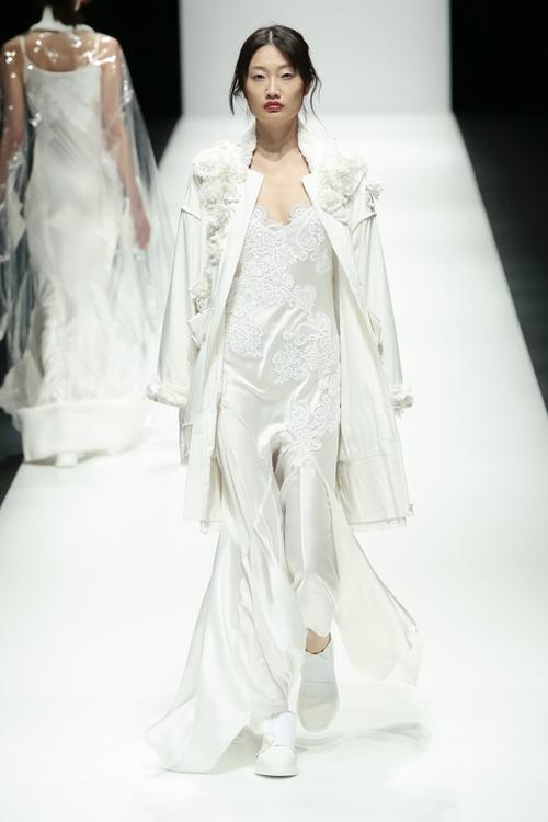 BST mới của NTK Công Trí tại Tokyo Fashion Week: Trước cái đẹp, bạn chỉ còn biết Wow lên một tiếng!!! - Ảnh 19.