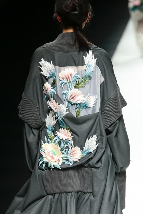 BST mới của NTK Công Trí tại Tokyo Fashion Week: Trước cái đẹp, bạn chỉ còn biết Wow lên một tiếng!!! - Ảnh 21.