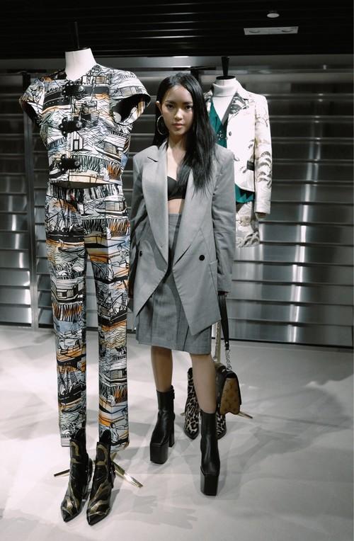 Châu Bùi độn chiều cao với giày 20cm tại buổi ra mắt BST Louis Vuitton tại Hongkong - Ảnh 1.