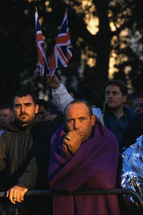 Nhìn những hình ảnh này, người ta mới thấu hiểu người dân Anh đã đau đớn nhường nào khi biết tin Công nương Diana qua đời - Ảnh 38.