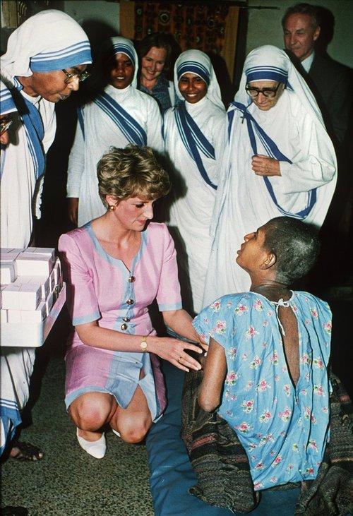 Công nương Diana không bao giờ đeo găng tay và đây là lí do - Ảnh 2.