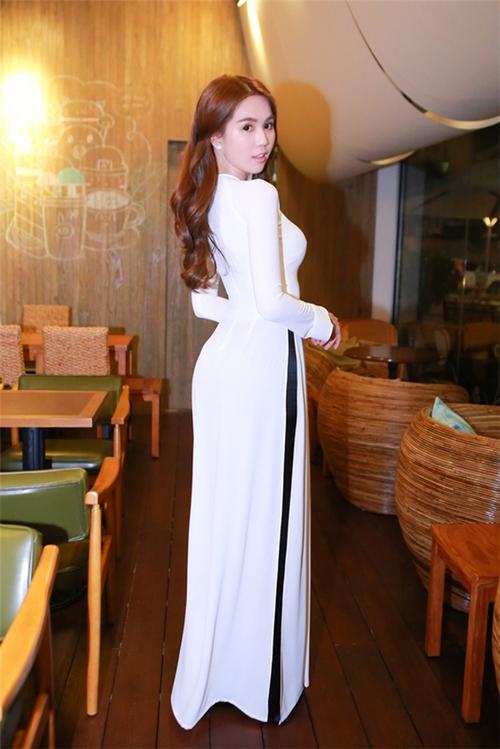 Cũng là áo dài trắng, nào ngờ Ngọc Trinh tóc ngắn lại xinh đẹp bội phần xưa kia - Ảnh 11.