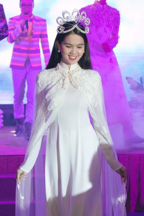 Cũng là áo dài trắng, nào ngờ Ngọc Trinh tóc ngắn lại xinh đẹp bội phần xưa kia - Ảnh 4.