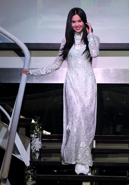 Cũng là áo dài trắng, nào ngờ Ngọc Trinh tóc ngắn lại xinh đẹp bội phần xưa kia - Ảnh 3.