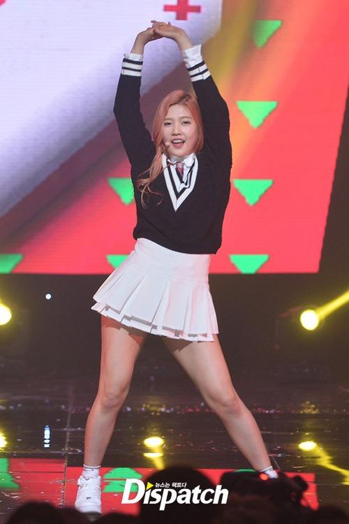Luôn có một thành viên của Red Velvet phải mặc váy 2 tầng, và nguyên cớ là... - Ảnh 3.
