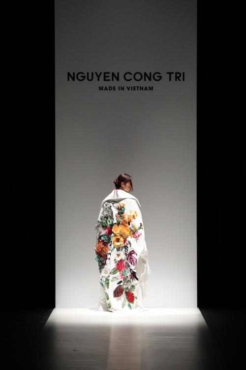 BST mới của NTK Công Trí tại Tokyo Fashion Week: Trước cái đẹp, bạn chỉ còn biết Wow lên một tiếng!!! - Ảnh 6.